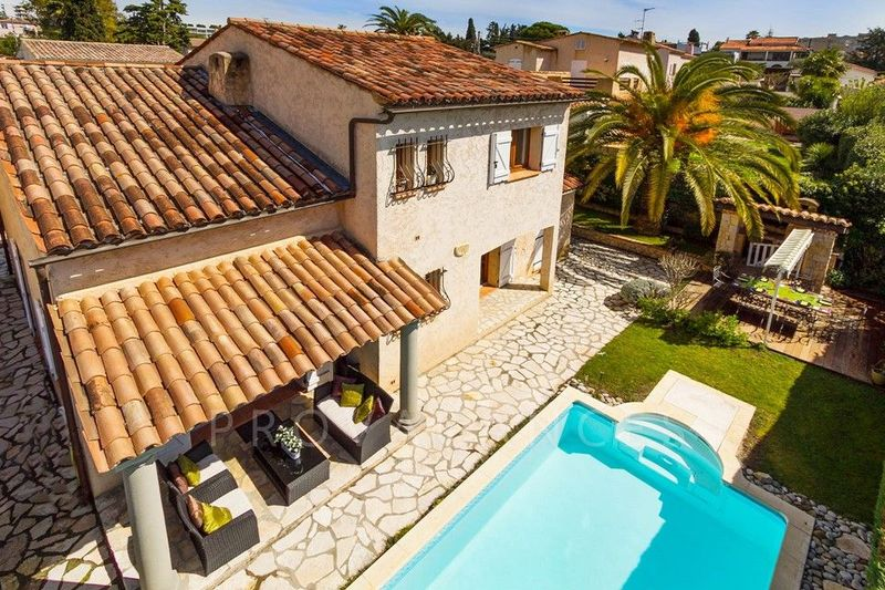 Central accommodation in Antibes for 8 people