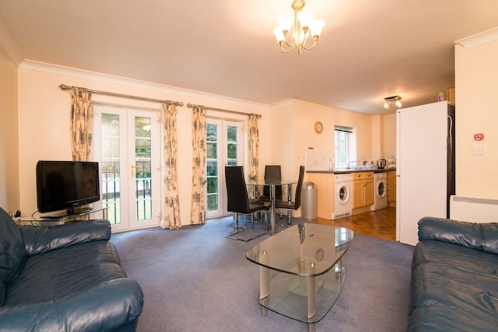 Great Two Bed Apartment at Parrs Wood, Didsbury