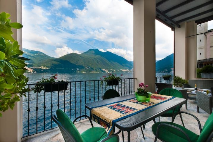 Terrace directly on Lake Como