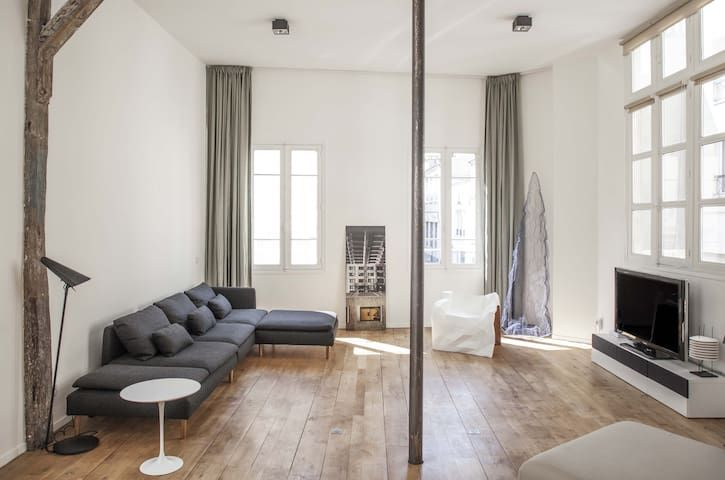 Spacious loft design(1500 sqft) in the heart of very trendy canal Saint Martin
