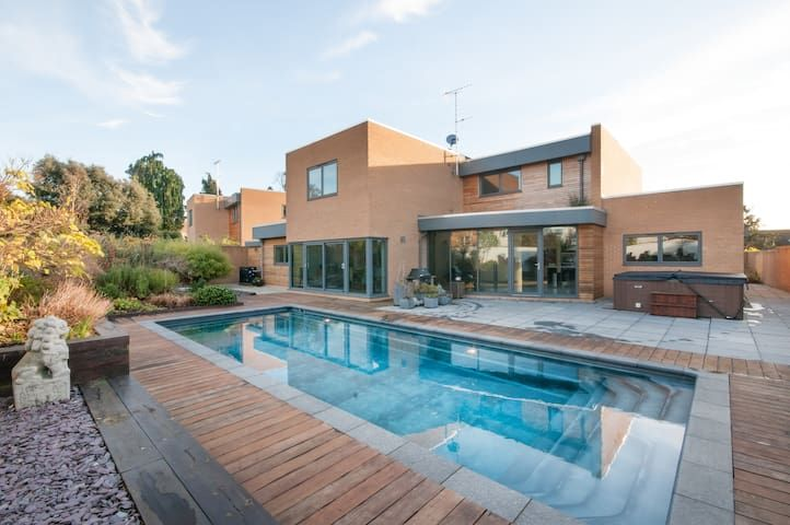 Stylish Cheltenham ALL YEAR POOL(26-30C) & hot tub