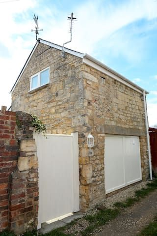 Detached Cotswold Stone Coach House, Cheltenham