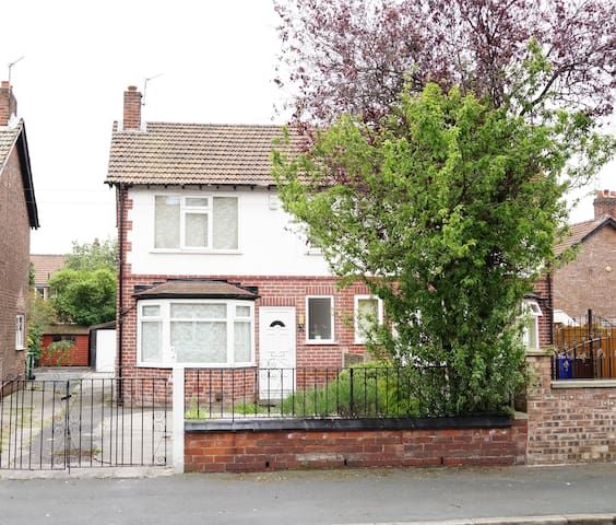 Ideal house near both city centre and airport