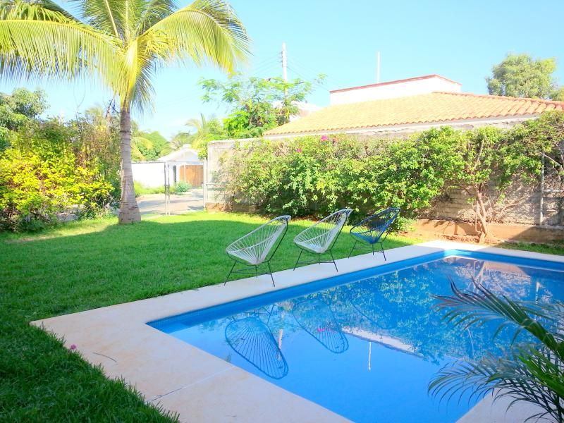 1 block from Carrizalillo Beach great for a couple