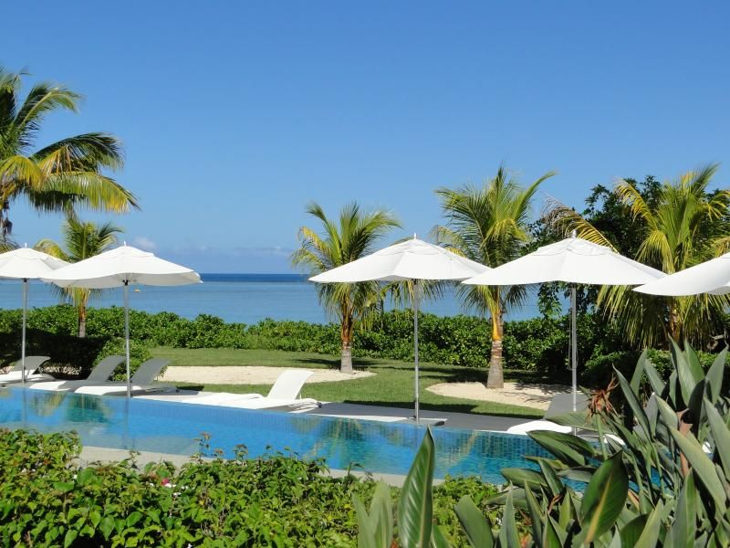 Cap Ouest: Luxury Beachfront Apt: Couples' offer