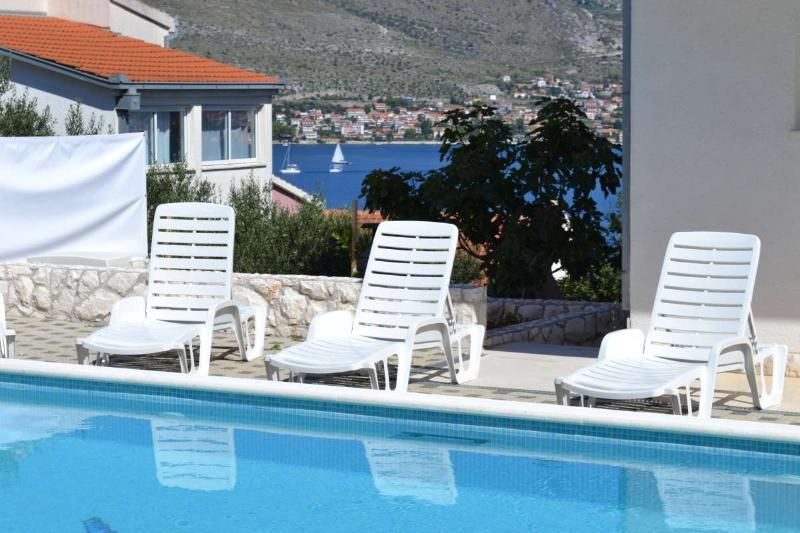 6 Apartments House with Pool for 20 near Trogir
