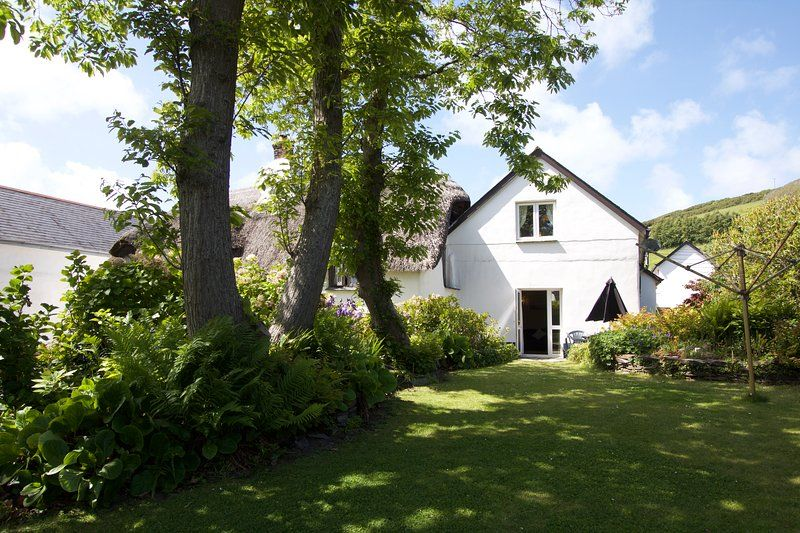 Manor Cottage, Croyde Village -heart of village, yet tucked away/800m from beach