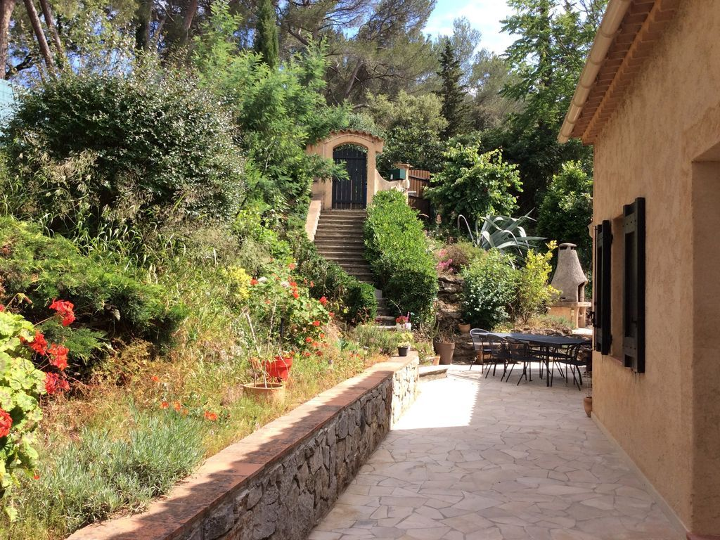 Independent double bedroom, bathroom, ground floor, bright, near Cannes
